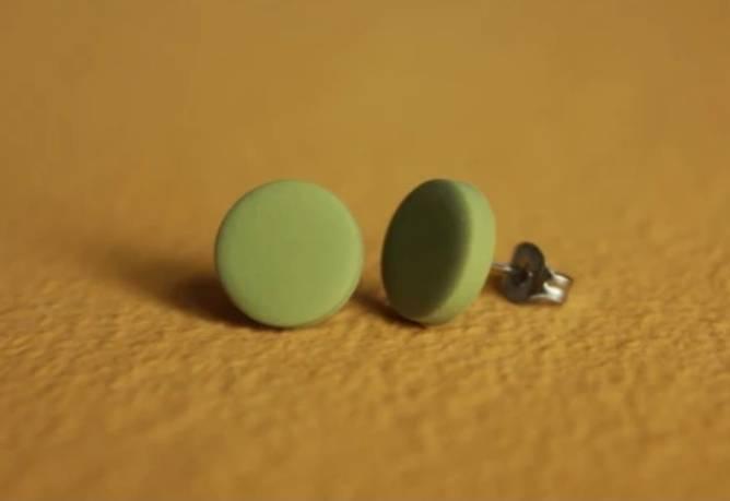 Bilde av Dot lyse mose grønn øredobber